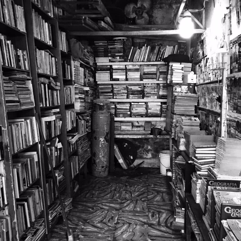 Bibliotheek, of boekhandel, of iets anders. Geen idee wat die gasfles daar doet..