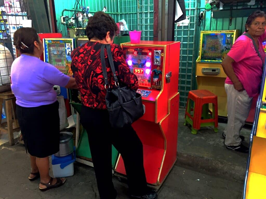 Illegale gokpartijen zijn hier aan de orde van de dag. Las Vegas is er niets bij.