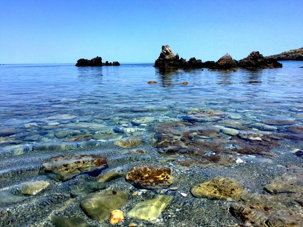 Mooi strandje ten westen van Rethymnon. Redelijk ondiep, veel leven dus top snorkelen! Als de rest van de wereld s.v.p. z'n plastic niet meer in de zee wil dumpen wordt het nog mooier.