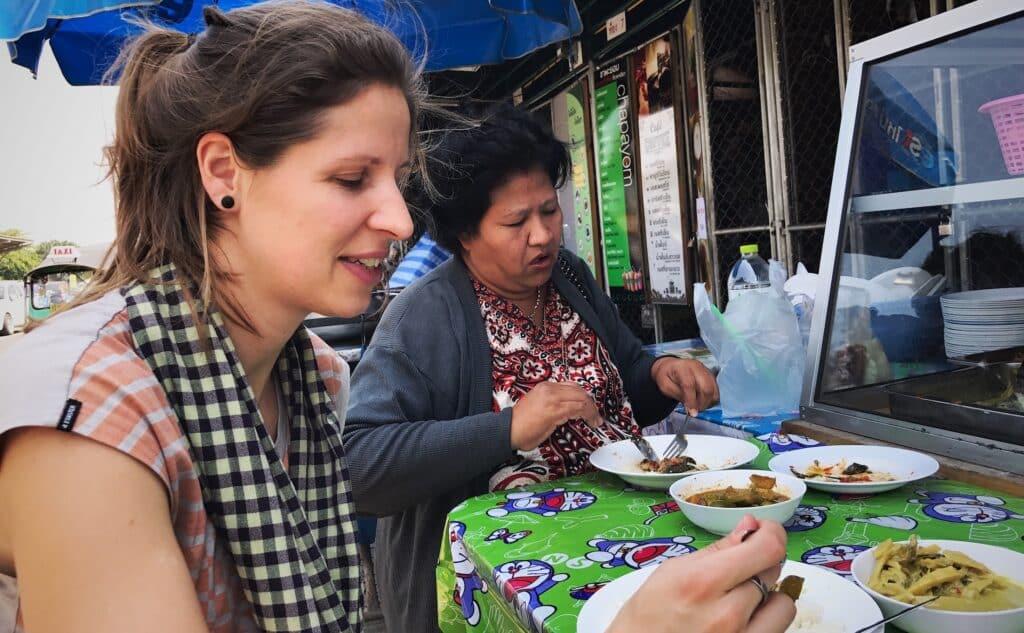 Deze dame (de rechtse) bood ons een hapje aan van haar eigen eten om ons te overtuigen dat het echt lekker smaakt!