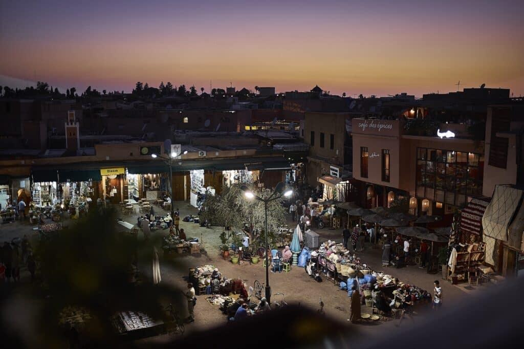 Lekker de zon zien ondergaan op een van de vele pleintjes - Marokko - De Reizigers - Marrakech -2