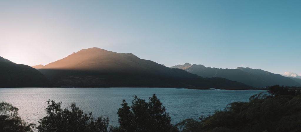 De Reizigers zonsondergang Nieuw-Zeeland