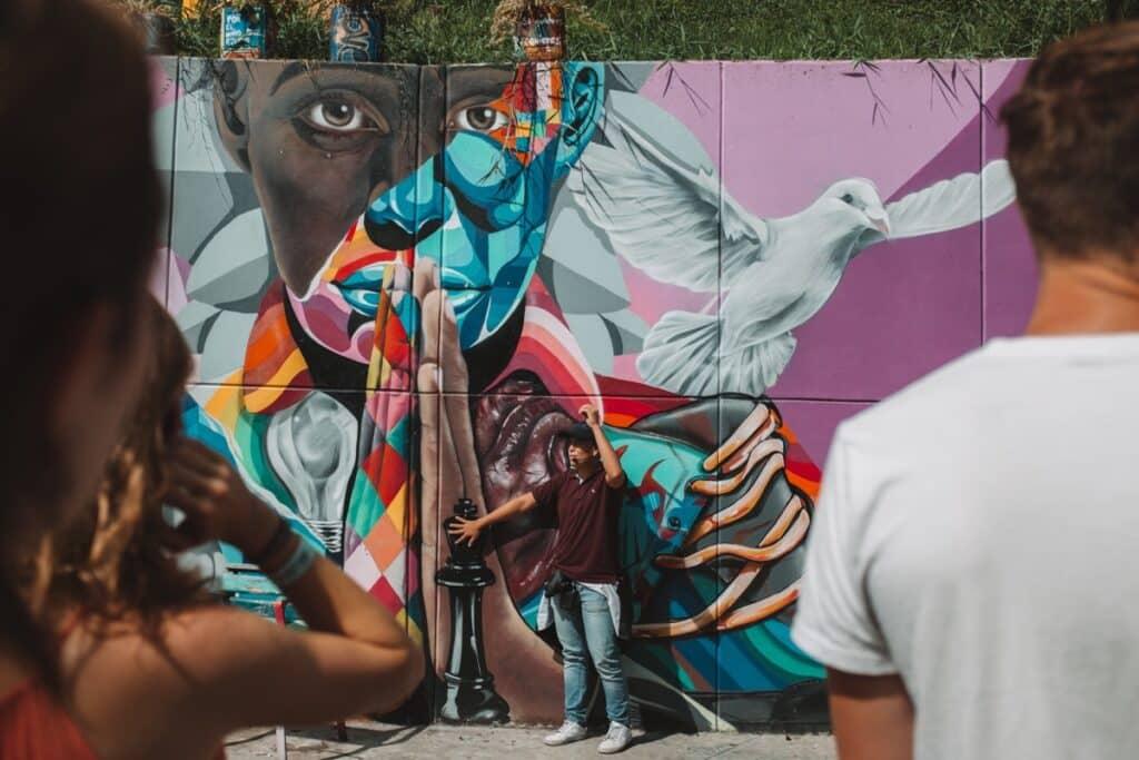 Uitleg over de betekenis van de street art