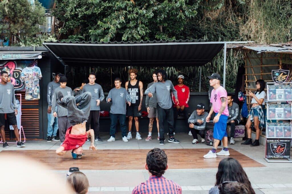 Breakdance show bovenaan de roltrap