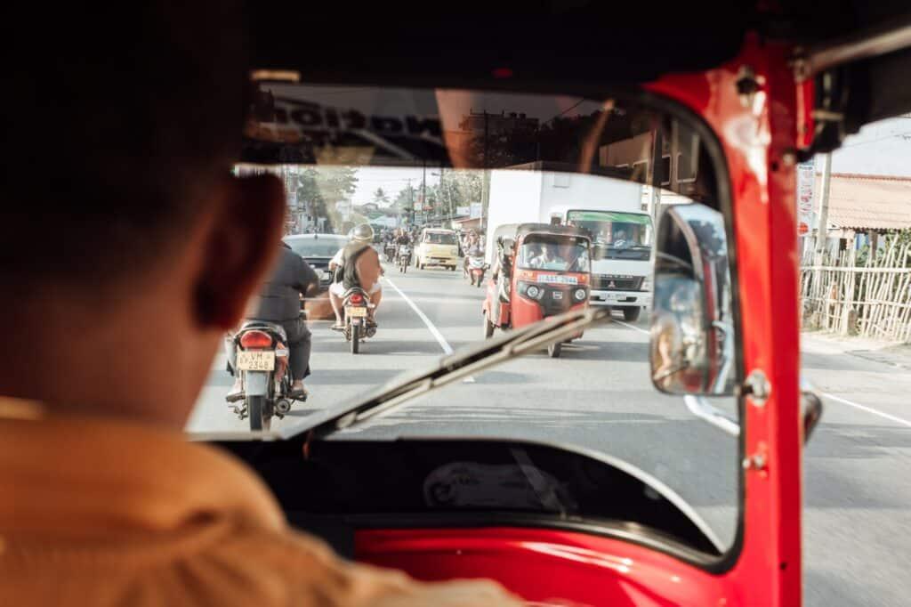 In het tuktuk het verkeer door