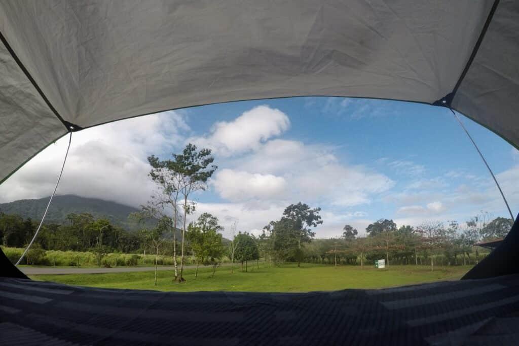 Daktent en uitzicht op de Arenal vulkaan